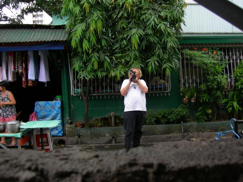 Andrew Leavold filming Weng Wengs neighbourhood, Baclaran 2007